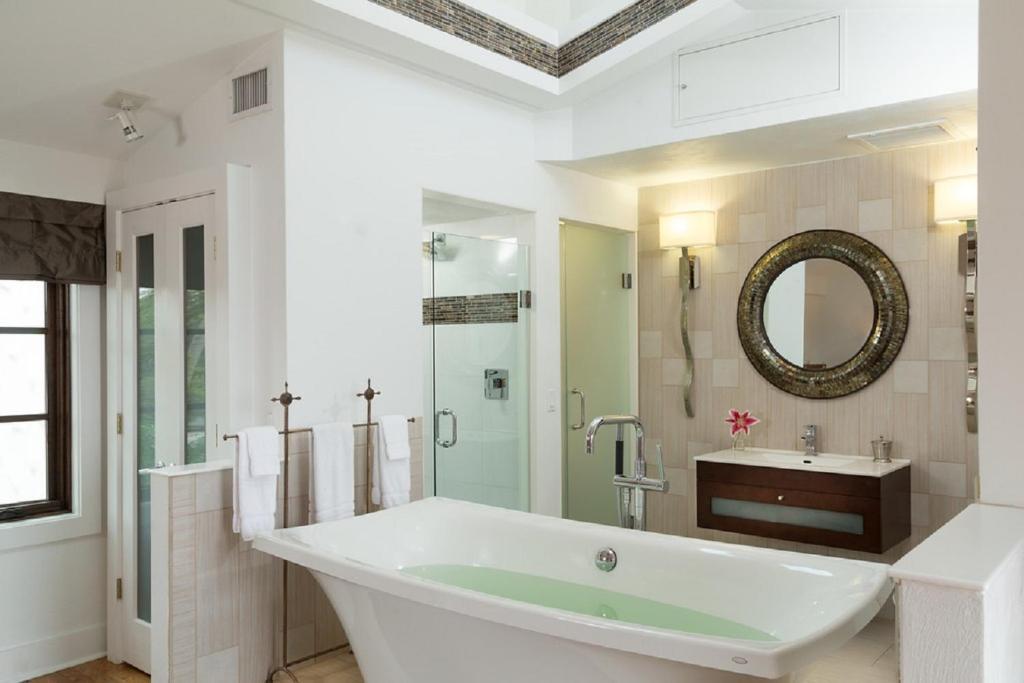 A bathroom at Black Dolphin Inn