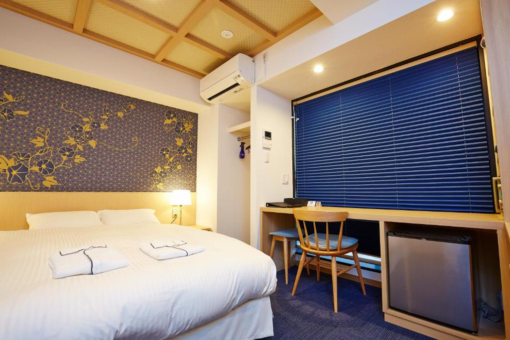 A bed or beds in a room at Hotel Sanrriott Kitahama