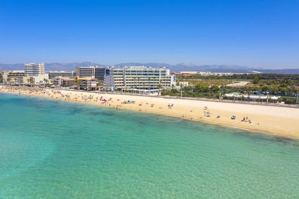 Een luchtfoto van Aparthotel Fontanellas Playa