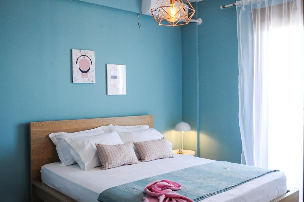 A bed or beds in a room at Grecian Blue