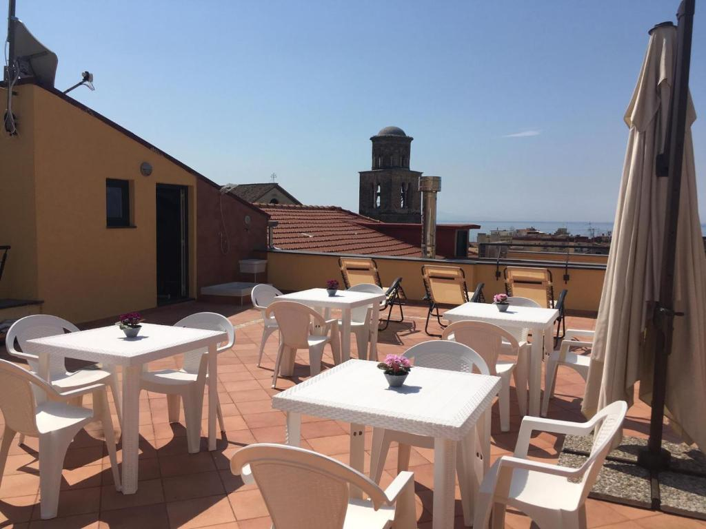 A restaurant or other place to eat at La terrazza sul Duomo B&B