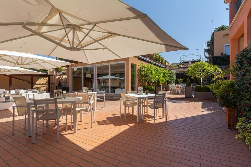 A restaurant or other place to eat at Harry's Bar Trevi Hotel & Restaurant