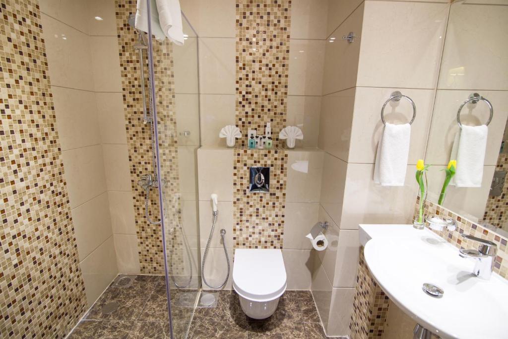 A bathroom at Atiram Premier Hotel