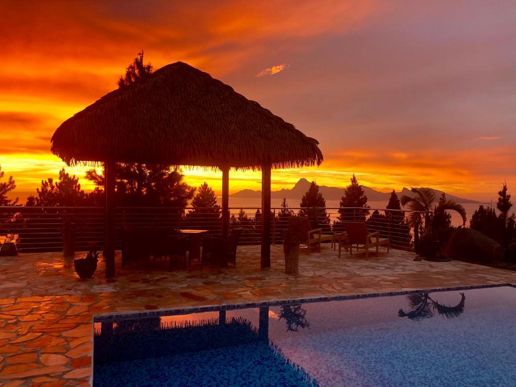 A piscina localizada em Tahiti Hills Lodge ou nos arredores
