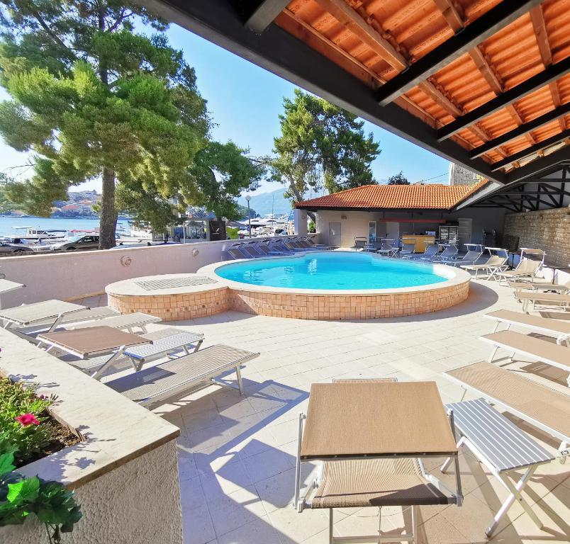 The swimming pool at or near Hotel Lumbarda