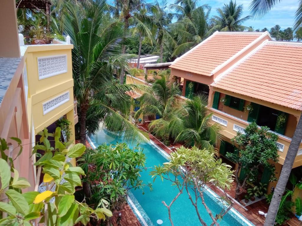 Ein Blick auf den Pool von der Unterkunft MiNhon Hotel Muine oder aus der Nähe
