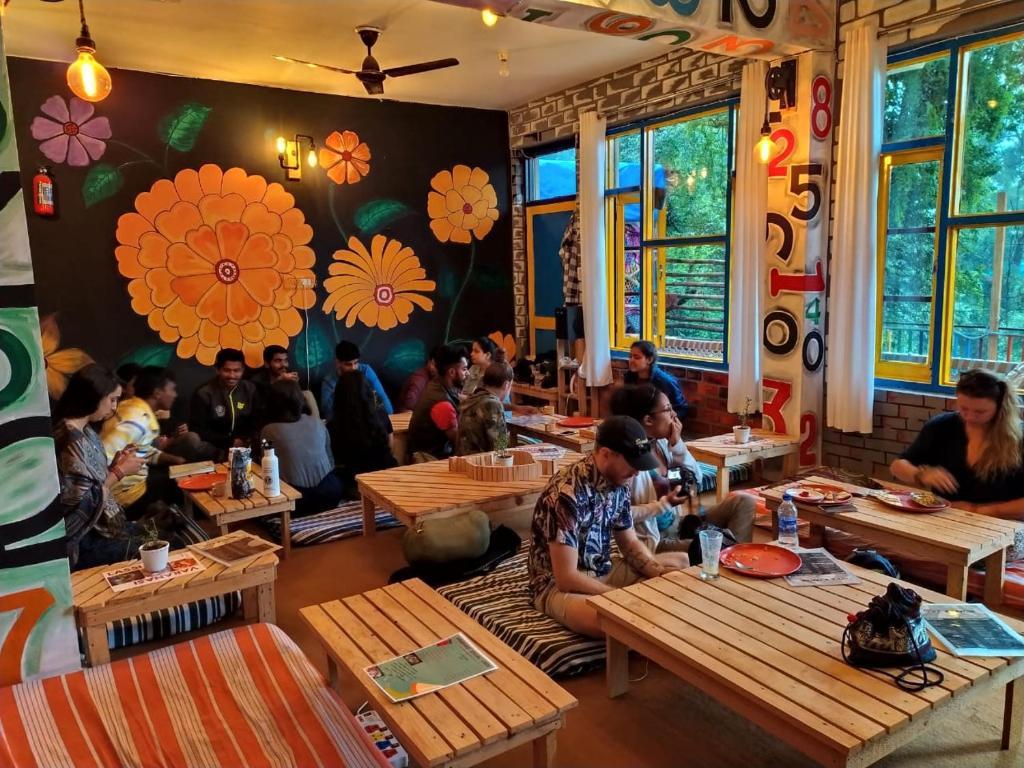 Un restaurante o sitio para comer en La Vaca India McLeodganj