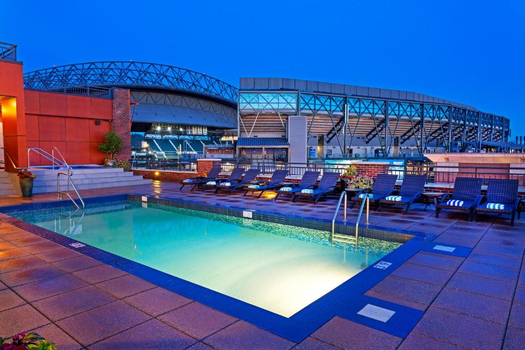 The swimming pool at or near Silver Cloud Hotel - Seattle Stadium
