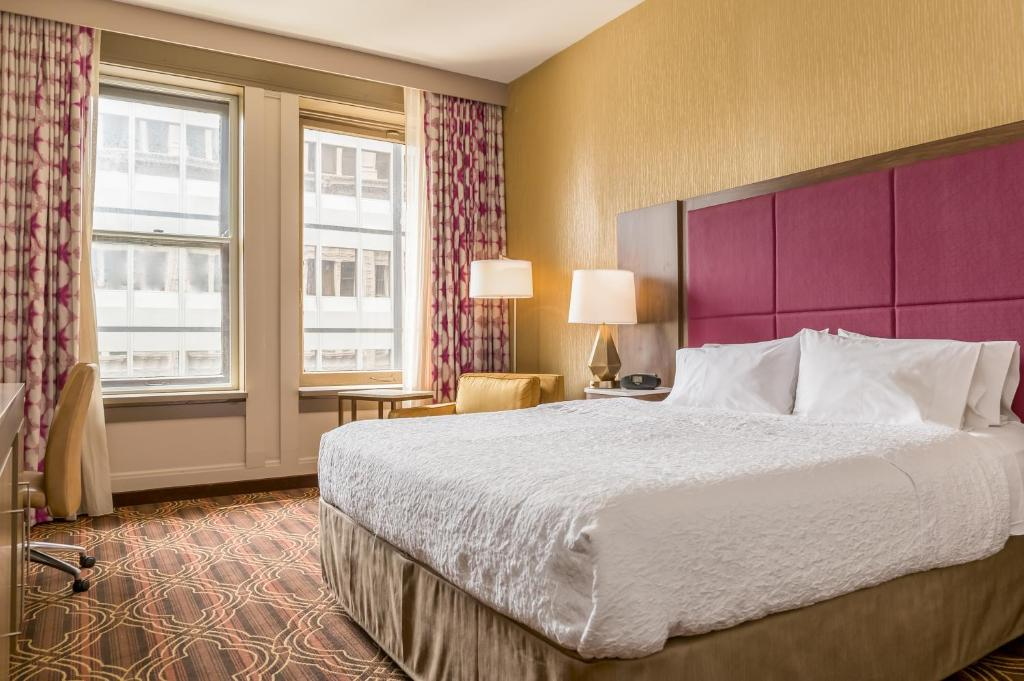 A bed or beds in a room at Hampton Inn Majestic Chicago Theatre District
