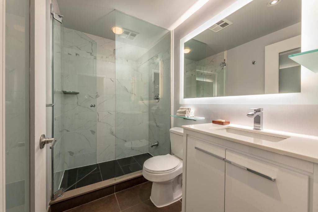 A bathroom at Executive Hotel Cosmopolitan Toronto