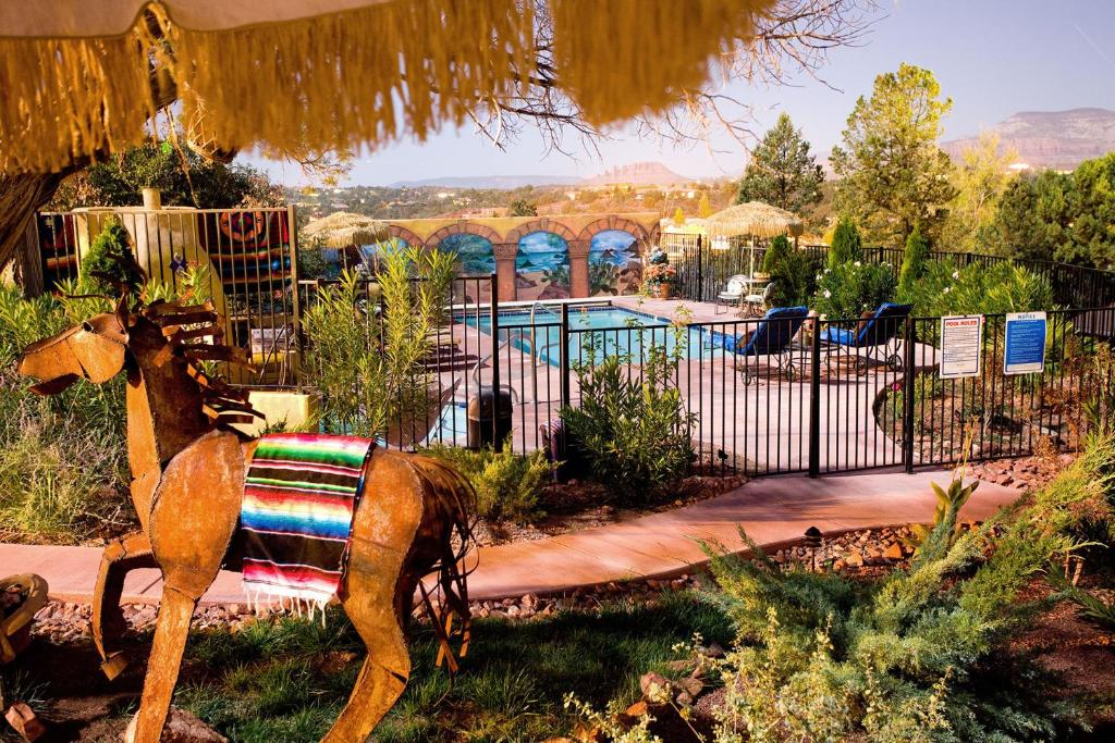 A view of the pool at A Sunset Chateau or nearby