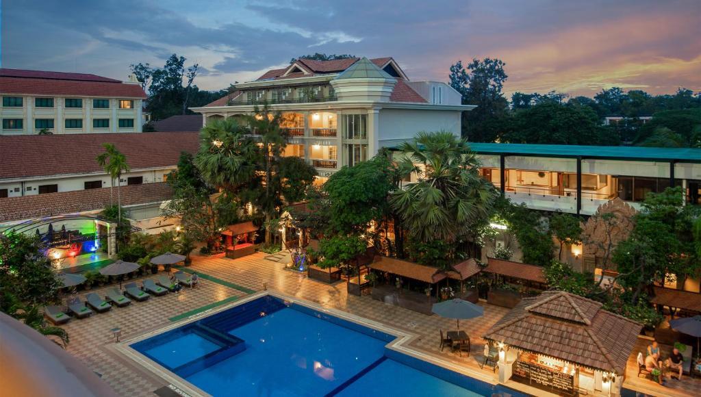 Ein Blick auf den Pool von der Unterkunft Somadevi Angkor Premium oder aus der Nähe