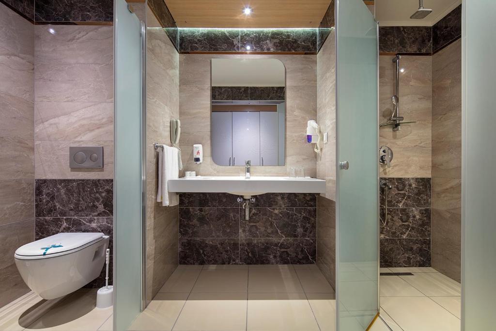 A bathroom at Royal Garden Beach Hotel
