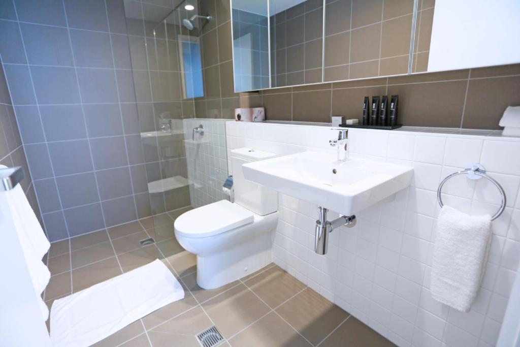 A bathroom at Alex Perry Hotel & Apartments