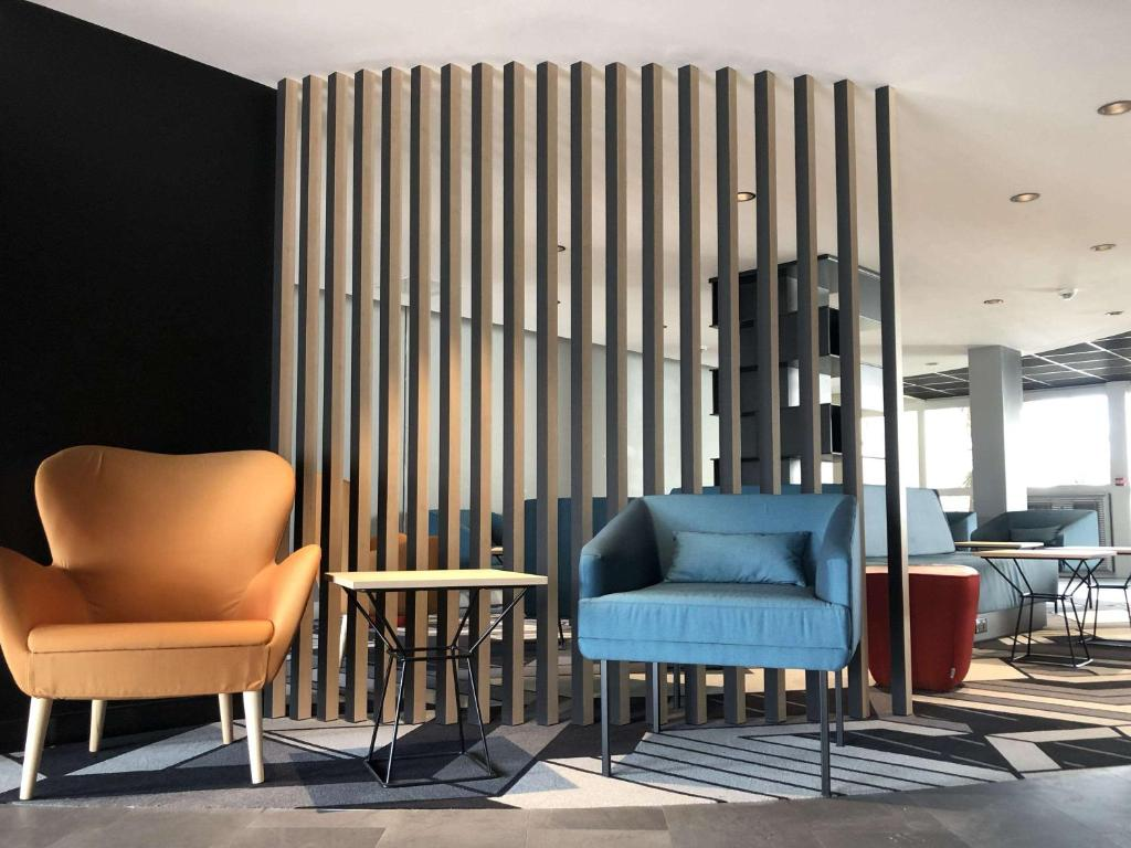 A seating area at ibis Styles Avignon Sud