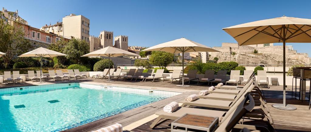 בריכת השחייה שנמצאת ב-Radisson Blu Hotel Marseille Vieux Port או באזור