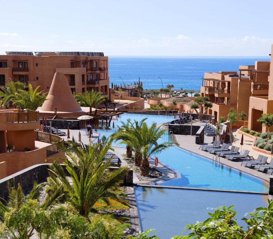Vista de la piscina de Barceló Tenerife o alrededores