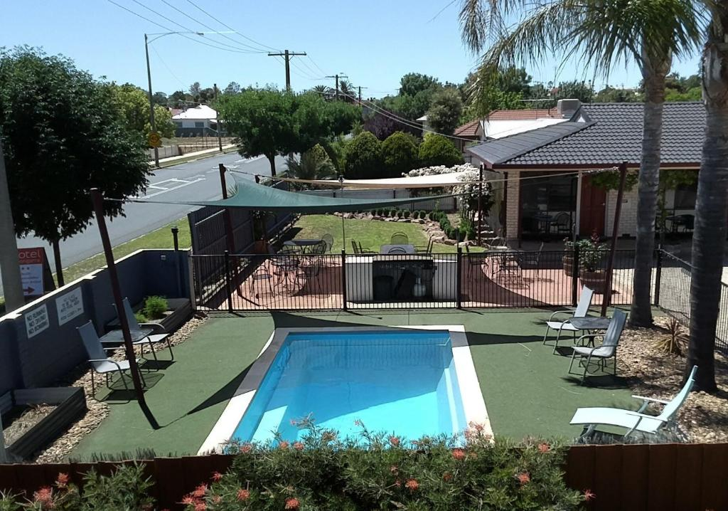 A view of the pool at Motel Woongarra or nearby