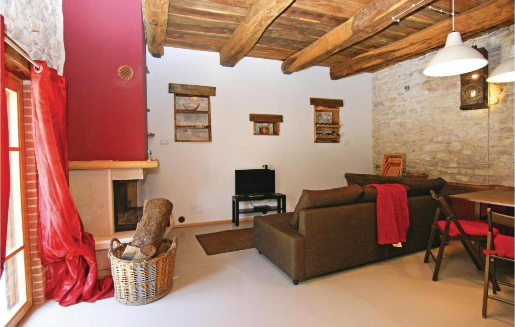 Area soggiorno di Holiday Home Stroncone Terni TR with a Fireplace 01