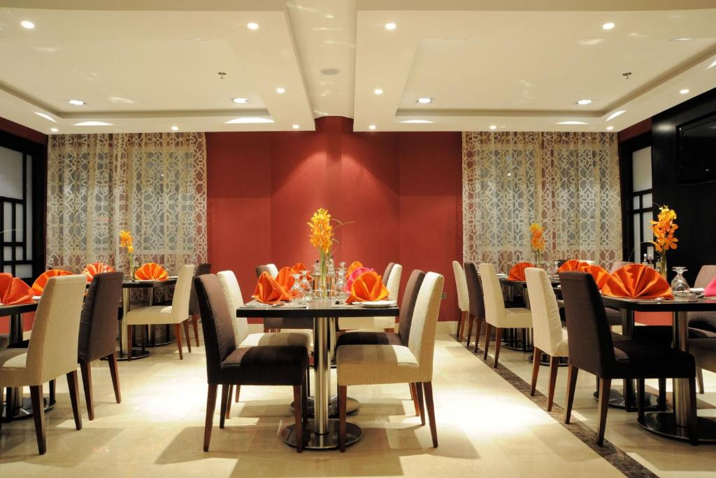 A restaurant or other place to eat at Al Hamra Hotel - BAITHANS