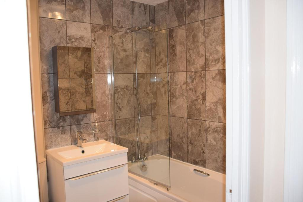 A bathroom at 1 Bedroom Apartment Ponders End