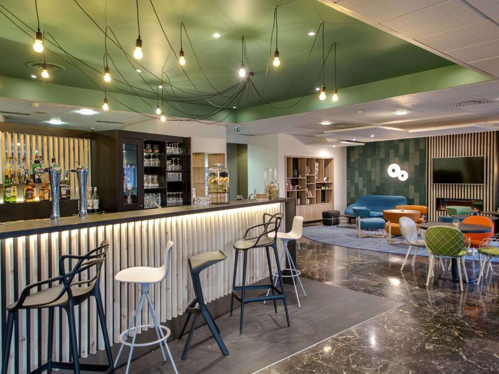The lounge or bar area at Mercure Cavaillon