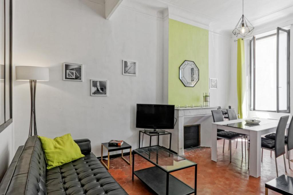 A seating area at Calm artist flat close to train station and city center - Welkeys
