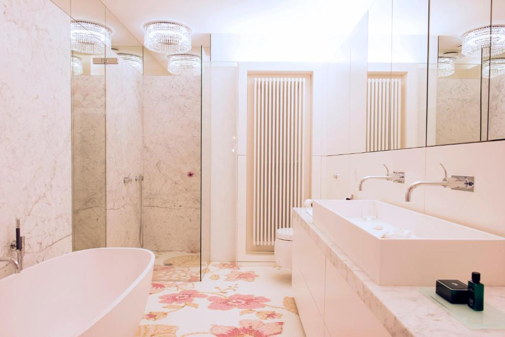 A bathroom at Small Luxury Hotel De Witte Lelie