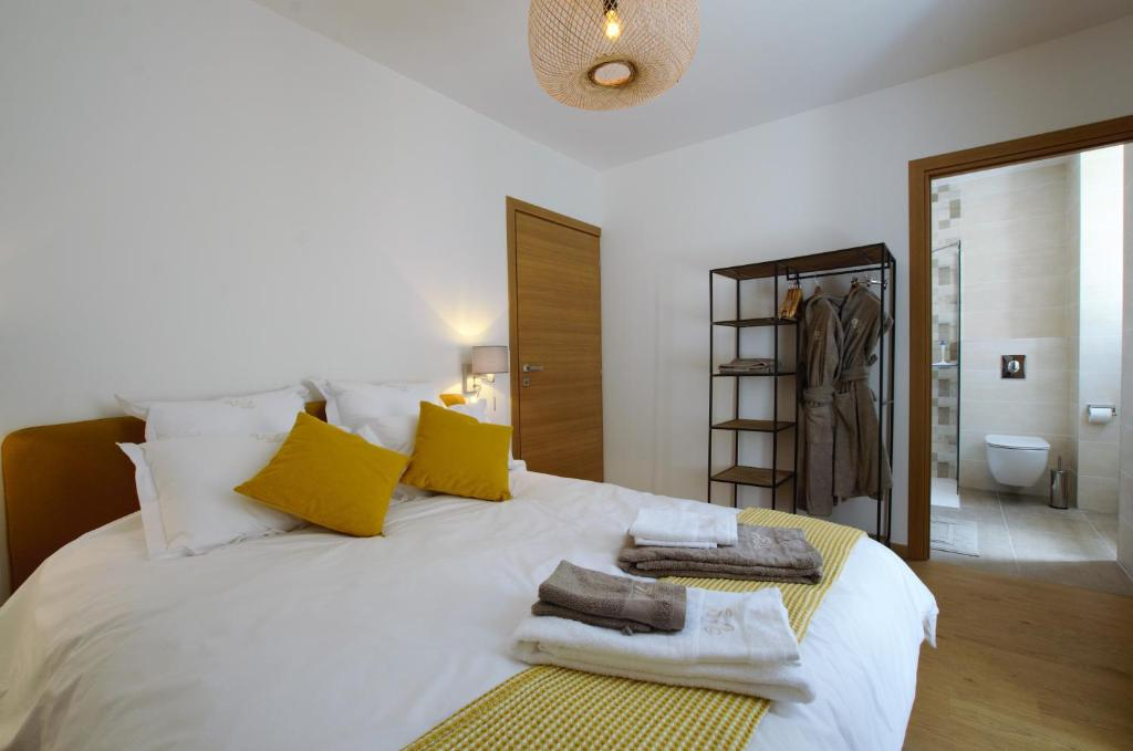 A bed or beds in a room at La Villa Lombardi