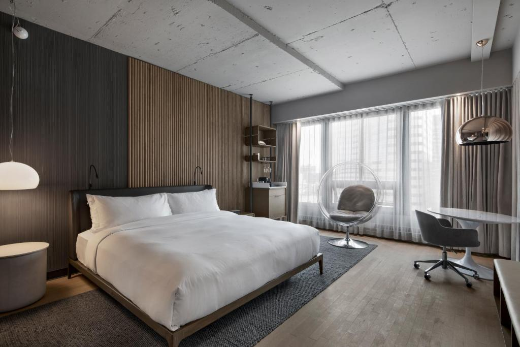 A bed or beds in a room at Hôtel Le Germain Montréal
