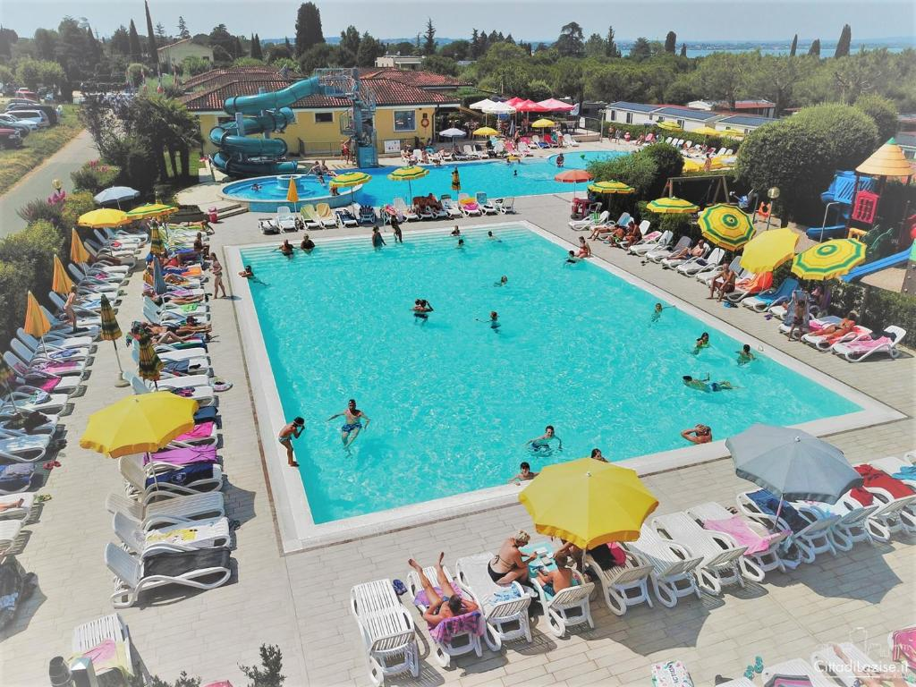 Ein Blick auf den Pool von der Unterkunft Camping Le Palme oder aus der Nähe