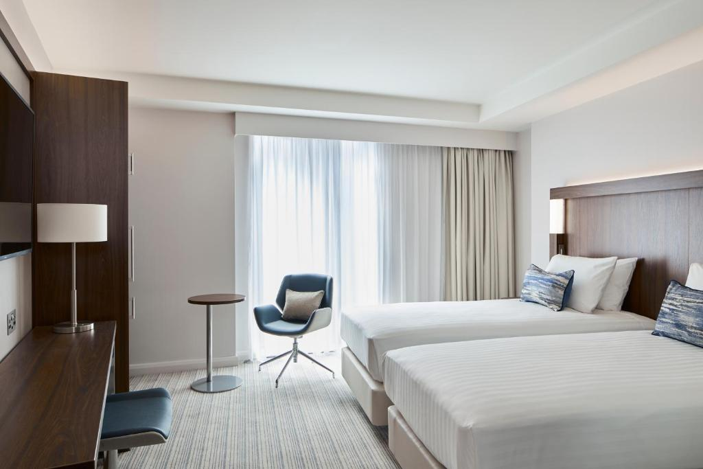 A bed or beds in a room at Courtyard by Marriott Oxford City Centre