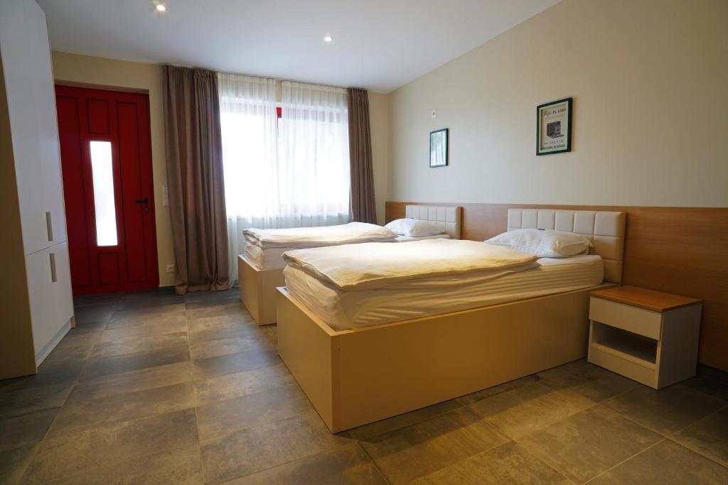 Ein Bett oder Betten in einem Zimmer der Unterkunft Nava Motel & Storage