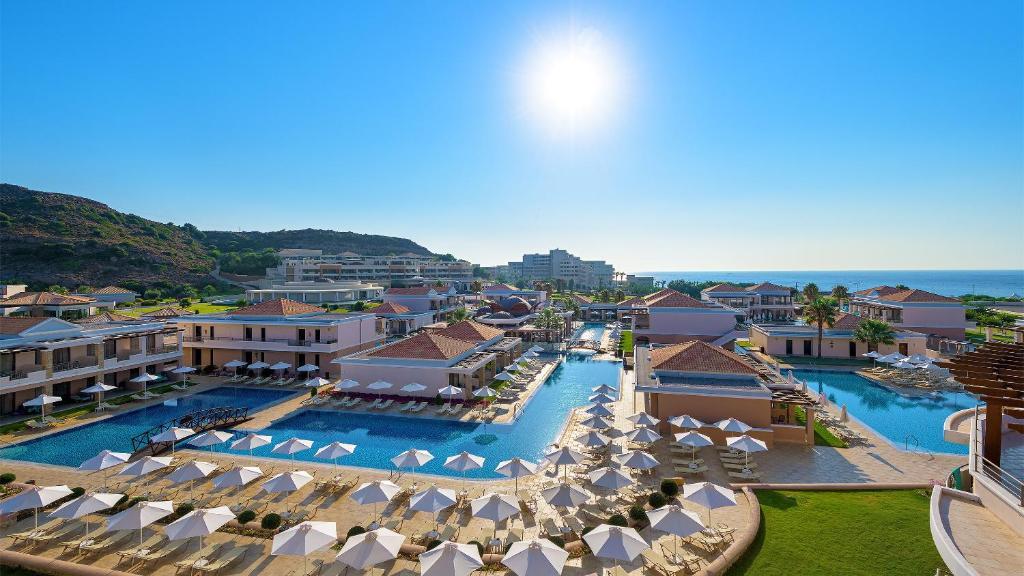 Widok na basen w obiekcie La Marquise Luxury Resort Complex lub jego pobliżu