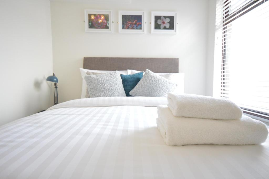 A bed or beds in a room at Lexicon House - 4 bedrooms 3 bathrooms