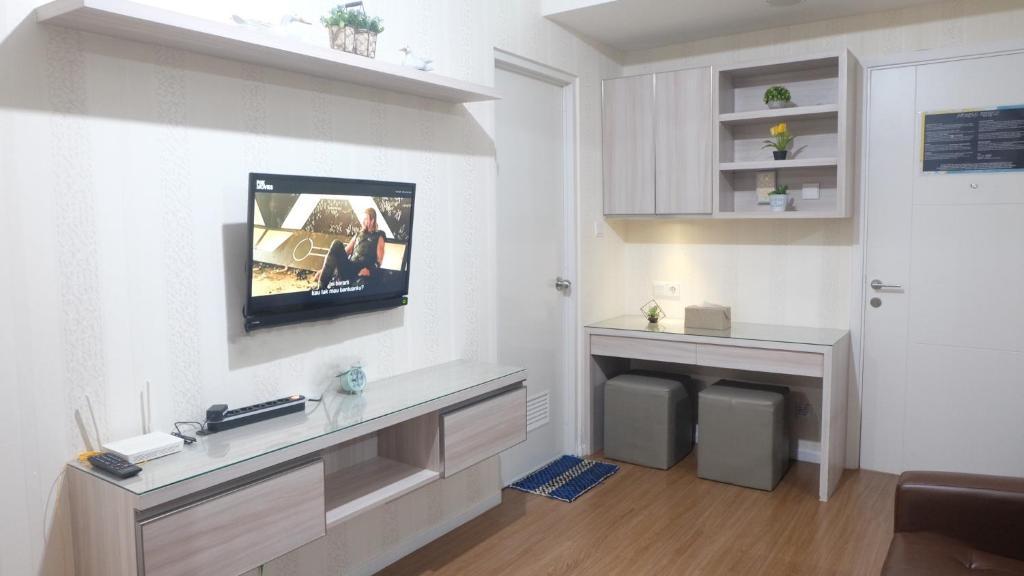 A television and/or entertainment centre at Aya Stays 7 at Parahyangan Residence