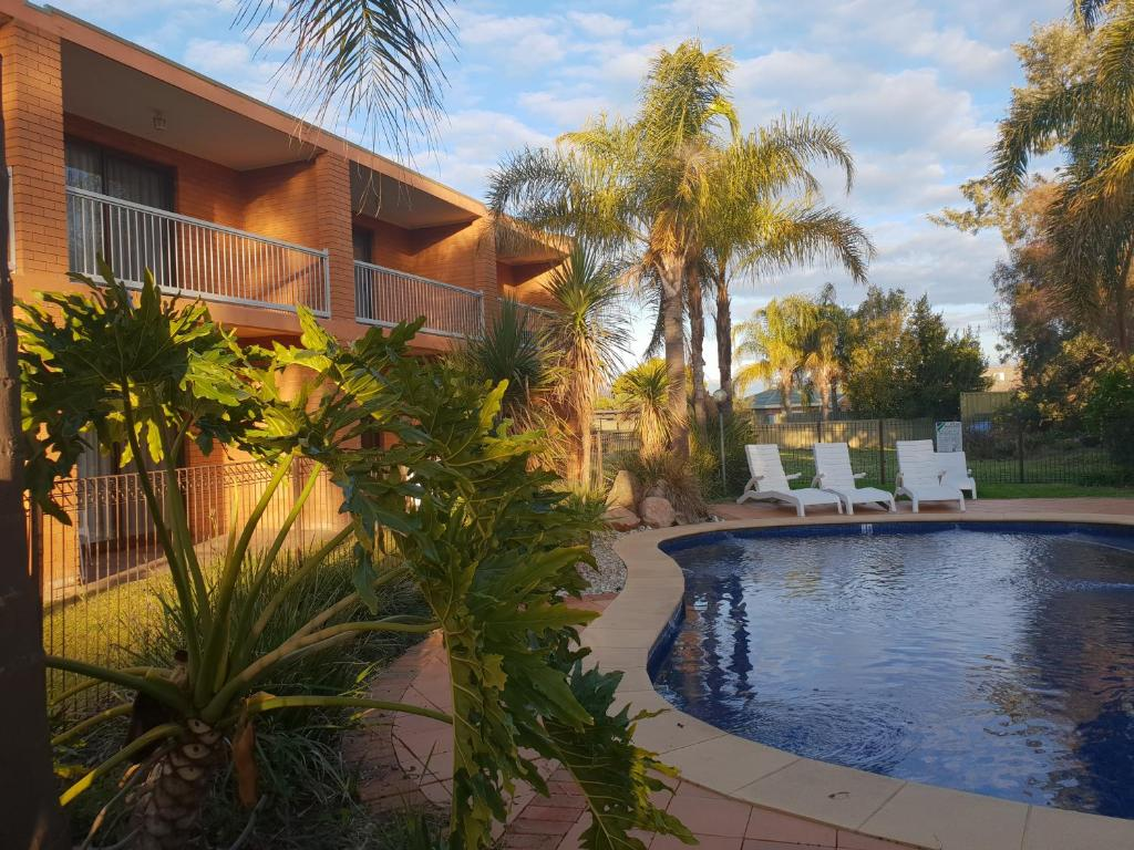 The swimming pool at or close to Crystal Fountain Motel Albury