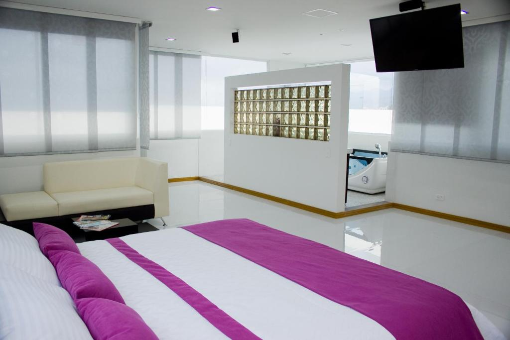 A bed or beds in a room at Hotel San Antonio Plaza