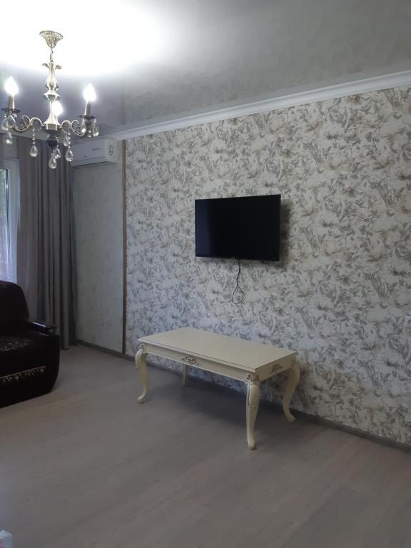 Телевизор и/или развлекательный центр в Kvartira na Dovatora