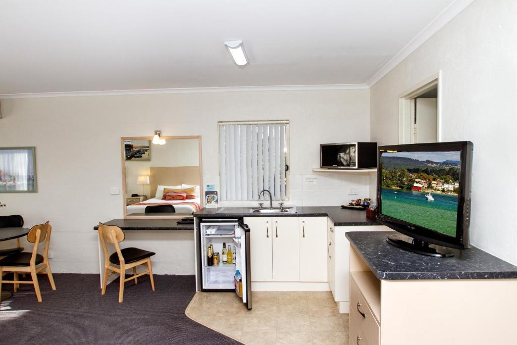 A kitchen or kitchenette at Fairway Motor Inn