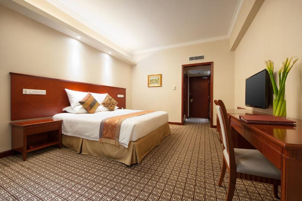 سرير أو أسرّة في غرفة في Ramada by Wyndham Pearl Guangzhou