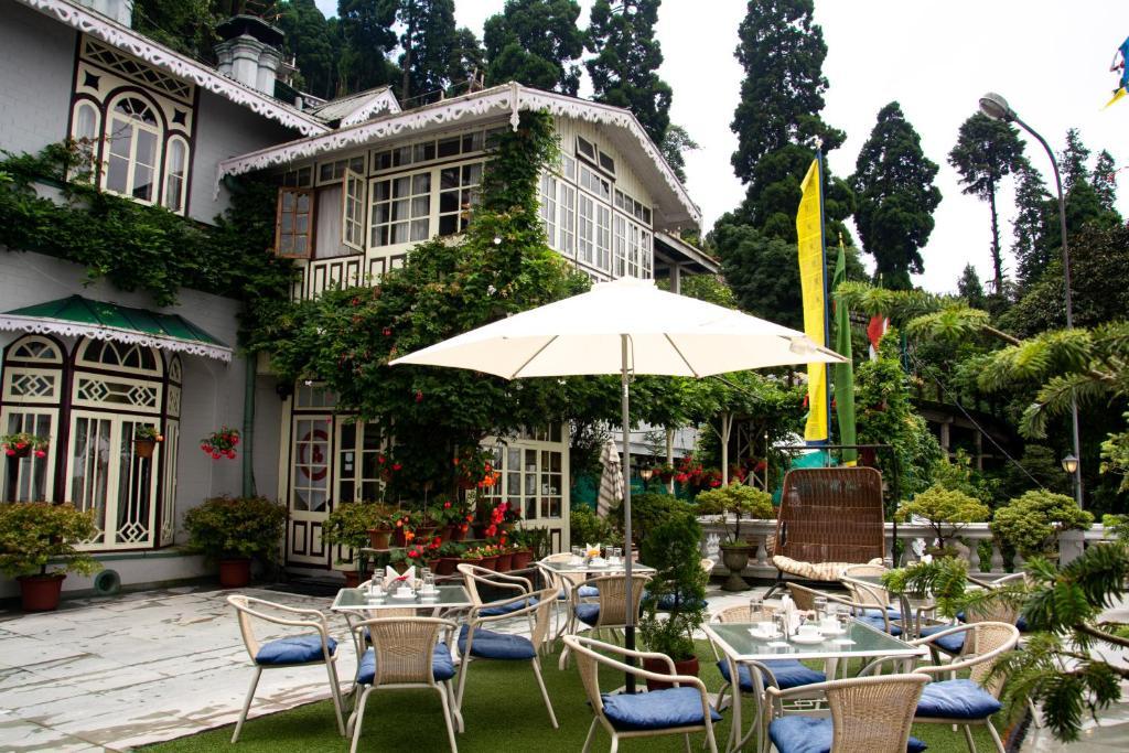 A restaurant or other place to eat at Udaan Dekeling Resort, Darjeeling