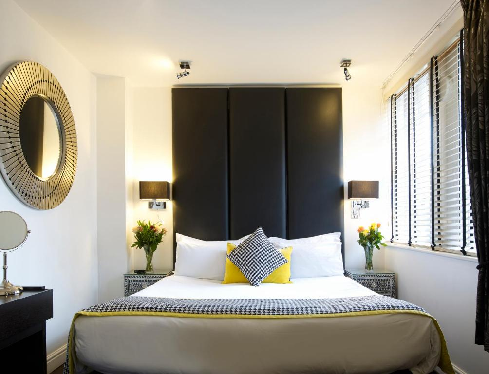 A bed or beds in a room at Strozzi Palace Suites by Mansley