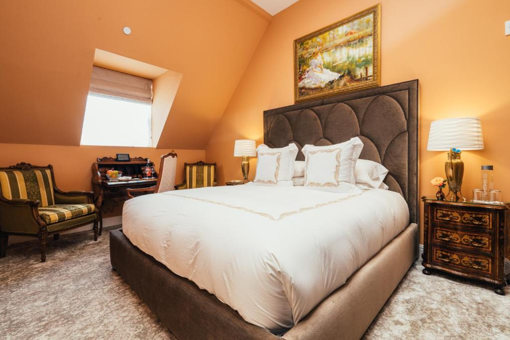 A bed or beds in a room at Mansion on Sutter