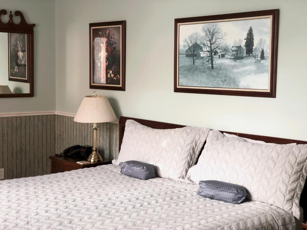 A bed or beds in a room at Mahogany Manor Bed & Breakfast