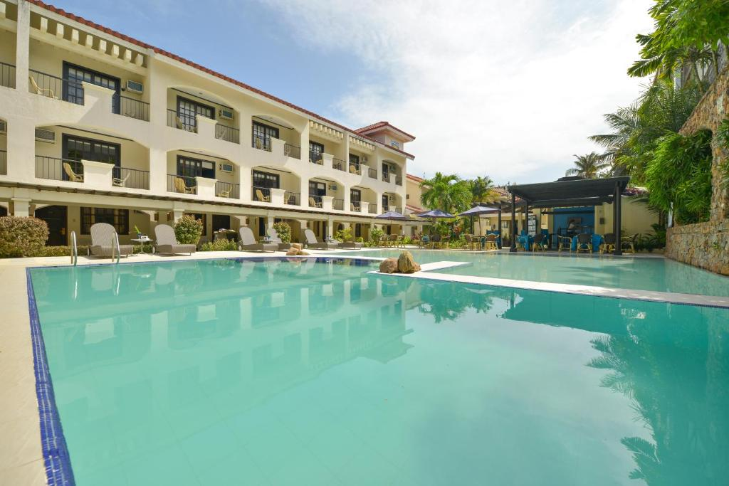 The swimming pool at or close to Le Soleil de Boracay Hotel