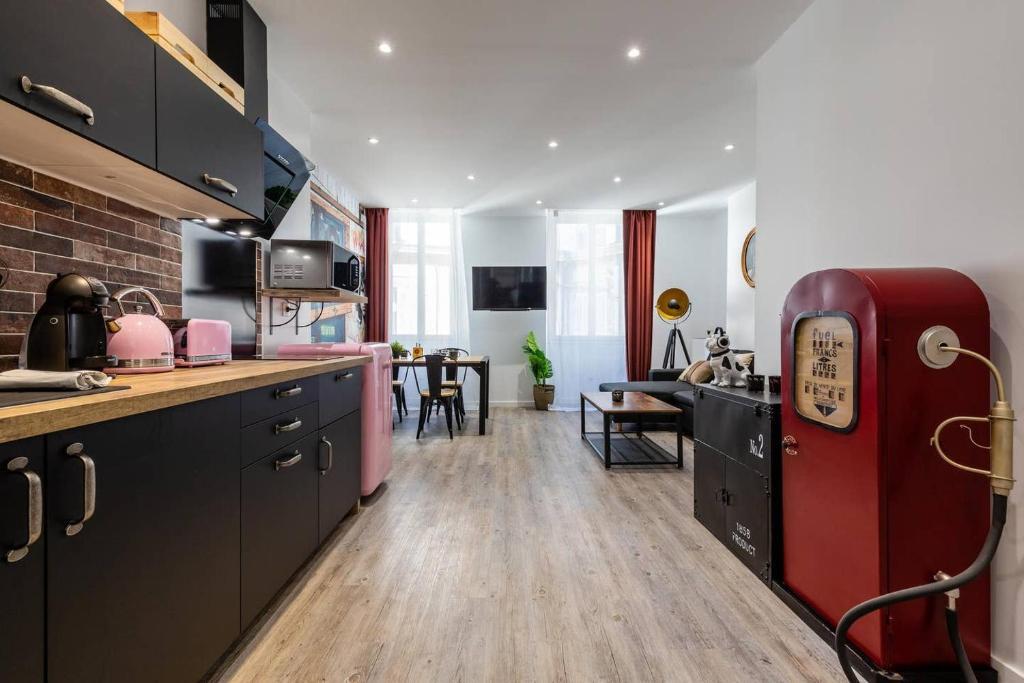 A kitchen or kitchenette at Au cœur du Vieux Port - Le quai bourgeois