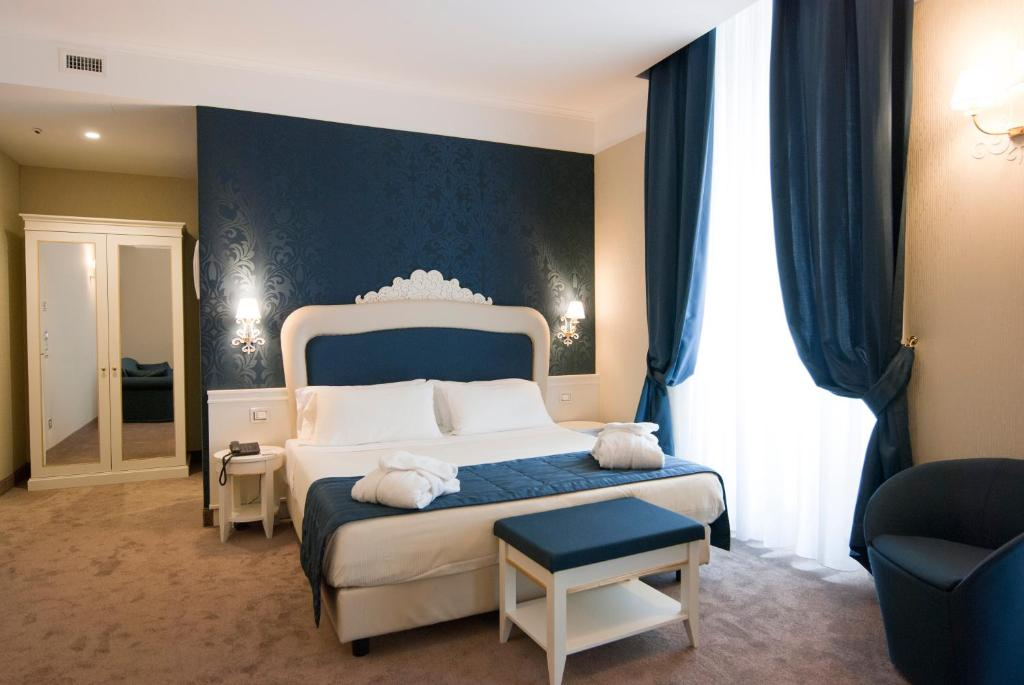 A bed or beds in a room at iH Hotels Roma Dei Borgia