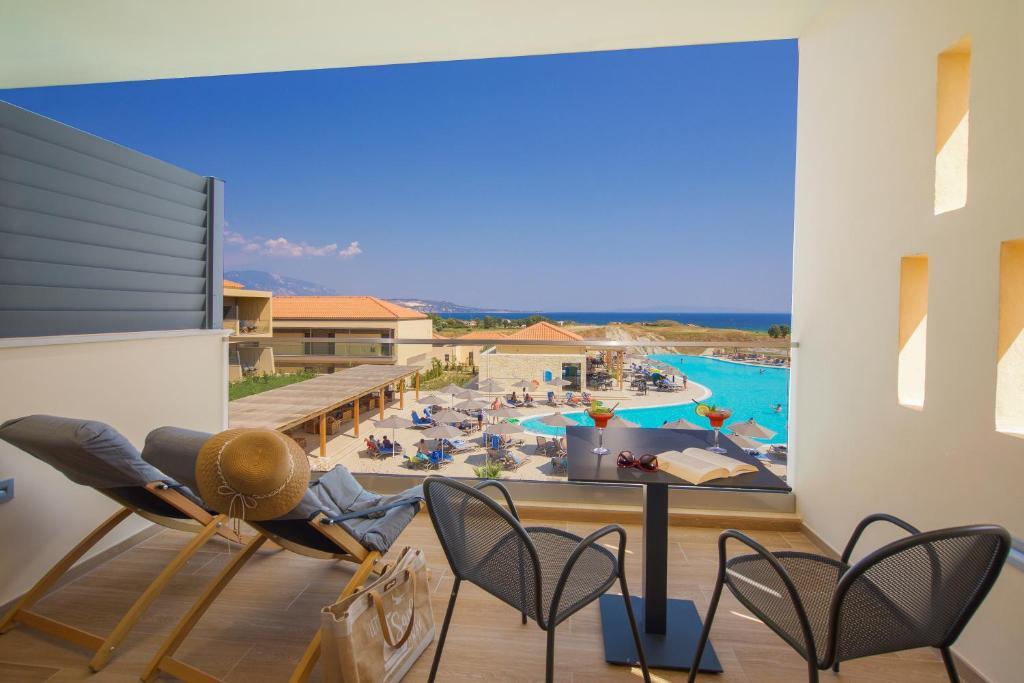 Vista sulla piscina di Apollonion Asterias Resort and Spa o su una piscina nei dintorni
