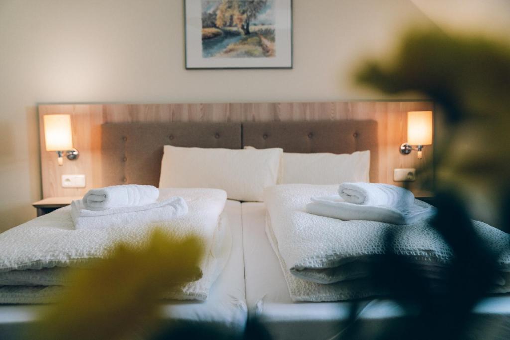 Ein Bett oder Betten in einem Zimmer der Unterkunft Adelheid Hotel garni